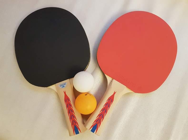 13698 Tischtennisschläger mit Bällen