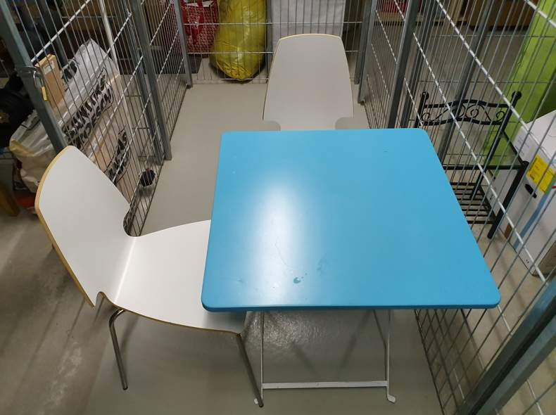21728 Tisch mit 2 Stühlen