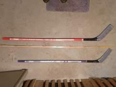 33783 2 Eishockeyschläger und Puck