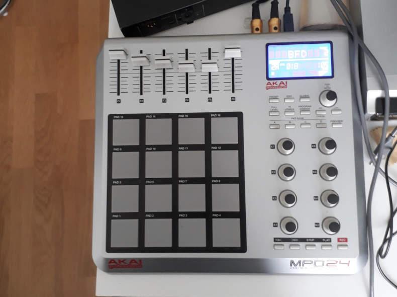 15838 MPD 24 Midi Controller