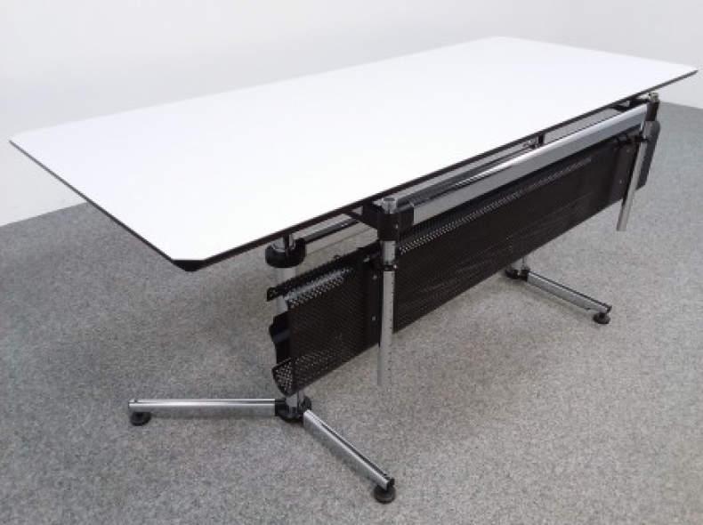 28803 USM Schreibtisch mit Kabelkanal
